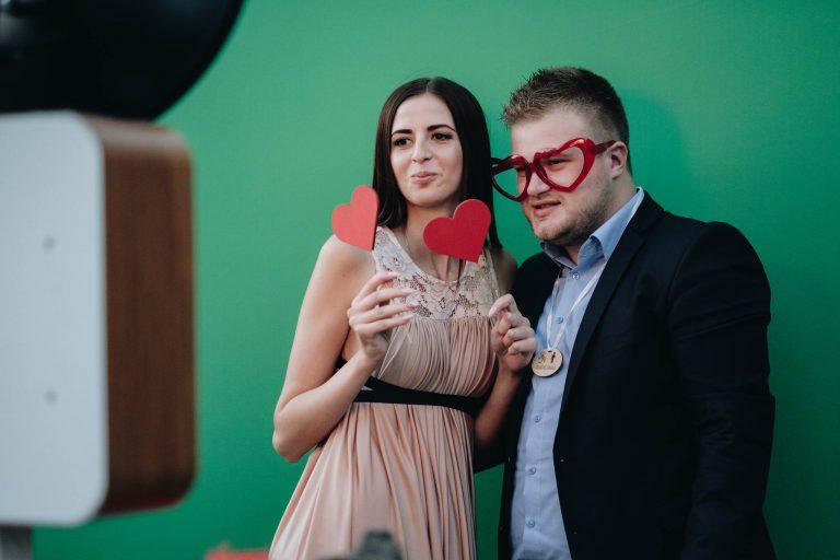 Foto kaste kāzu svinībās emocijas un prieks